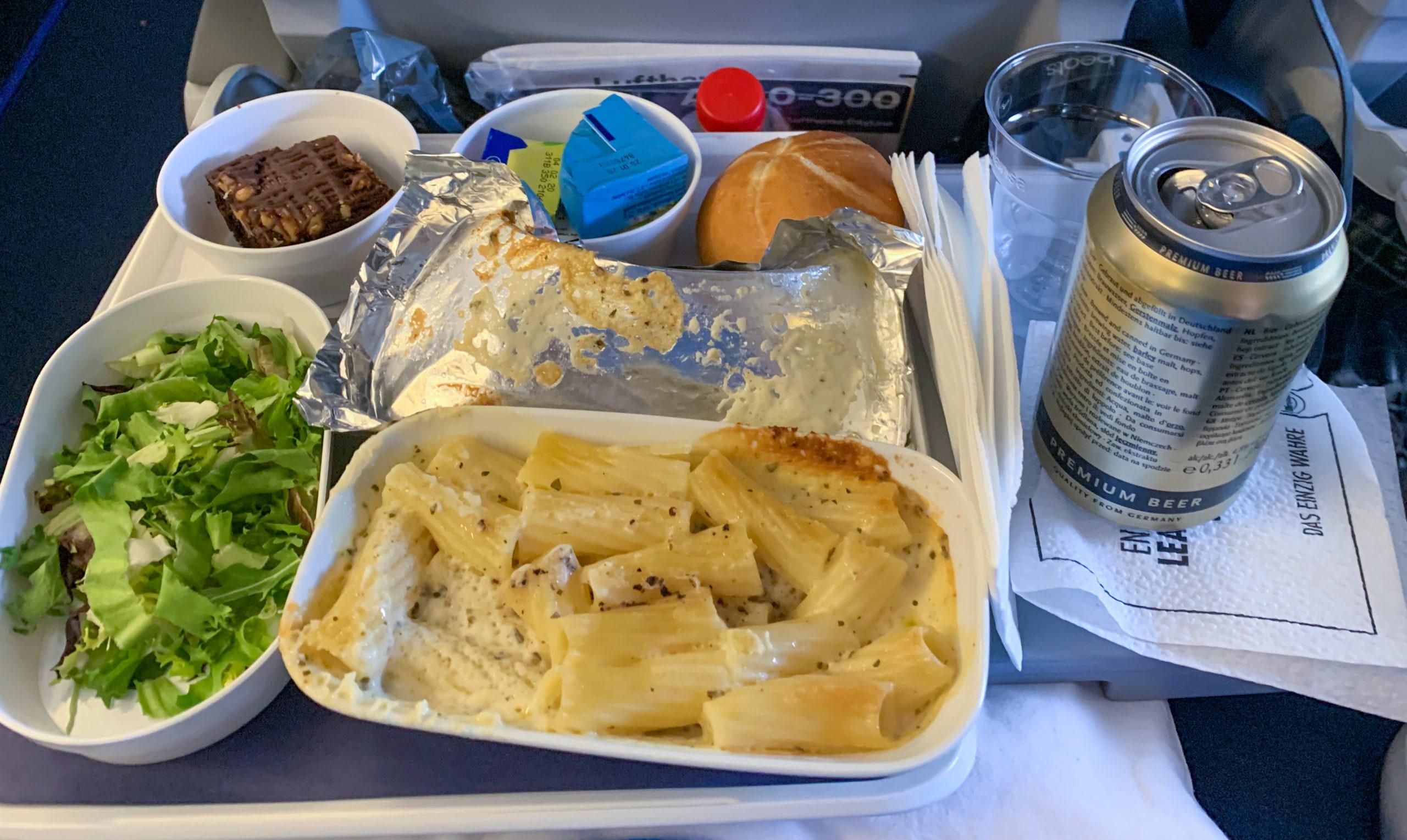 Ebéd a repülőn.