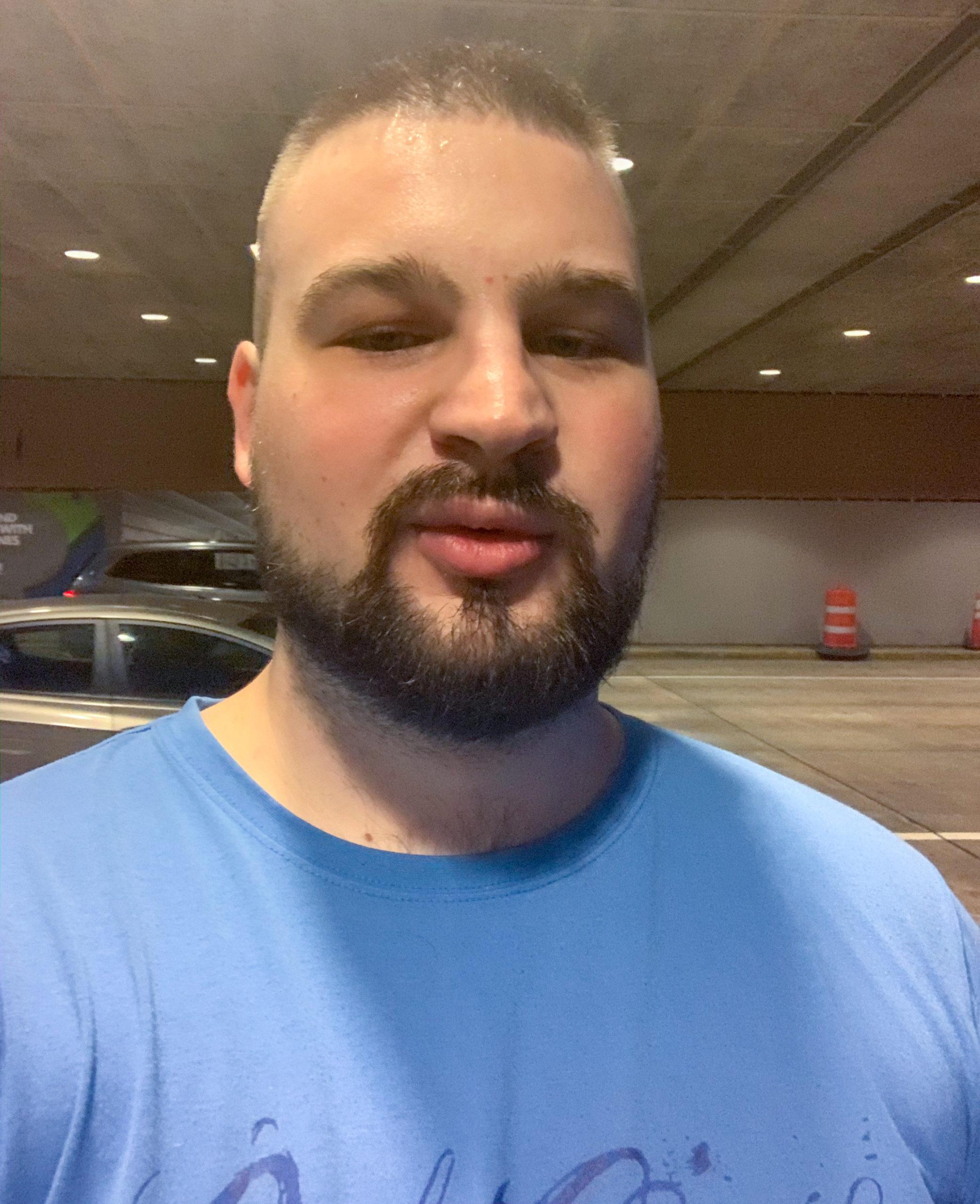 Izzadtan a reptér előtt
