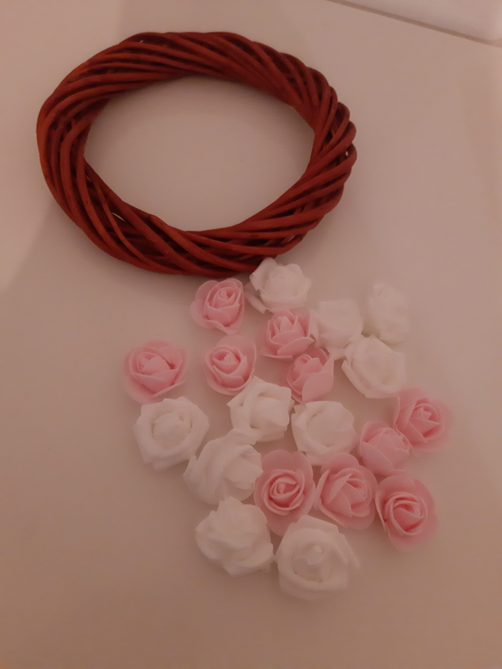 Vörös koszú és virágok
