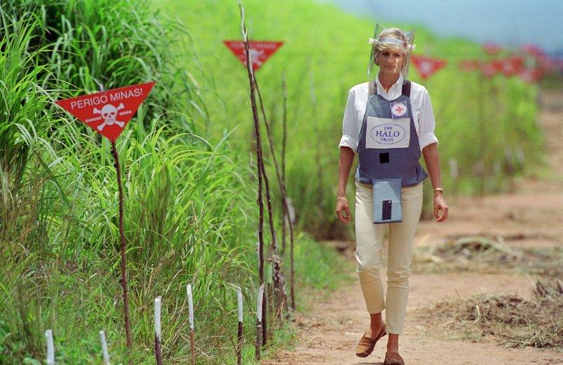Diana Angolában a taposóaknák között tesz sétát